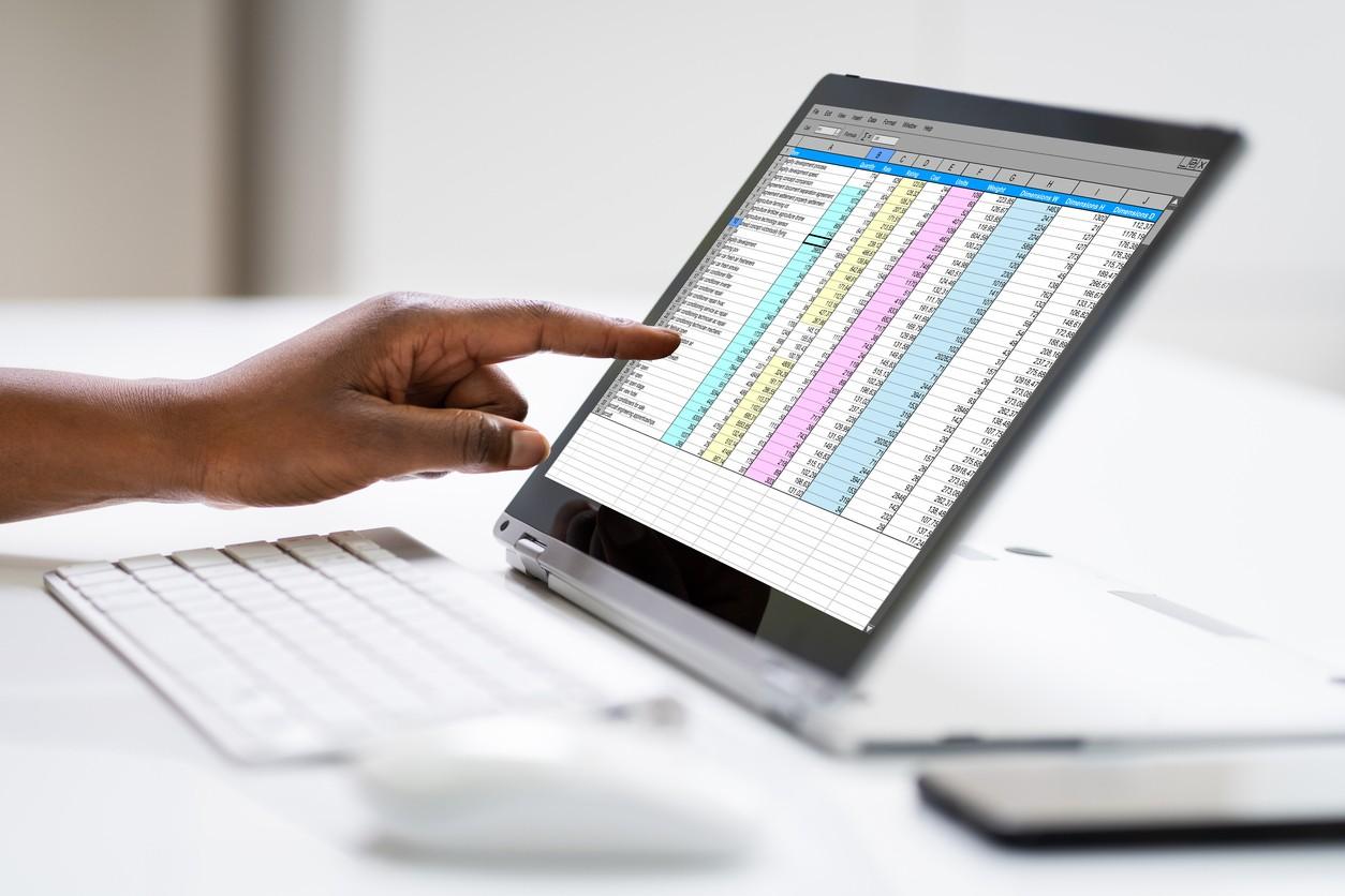 Persona calculando hipoteca en un Excel