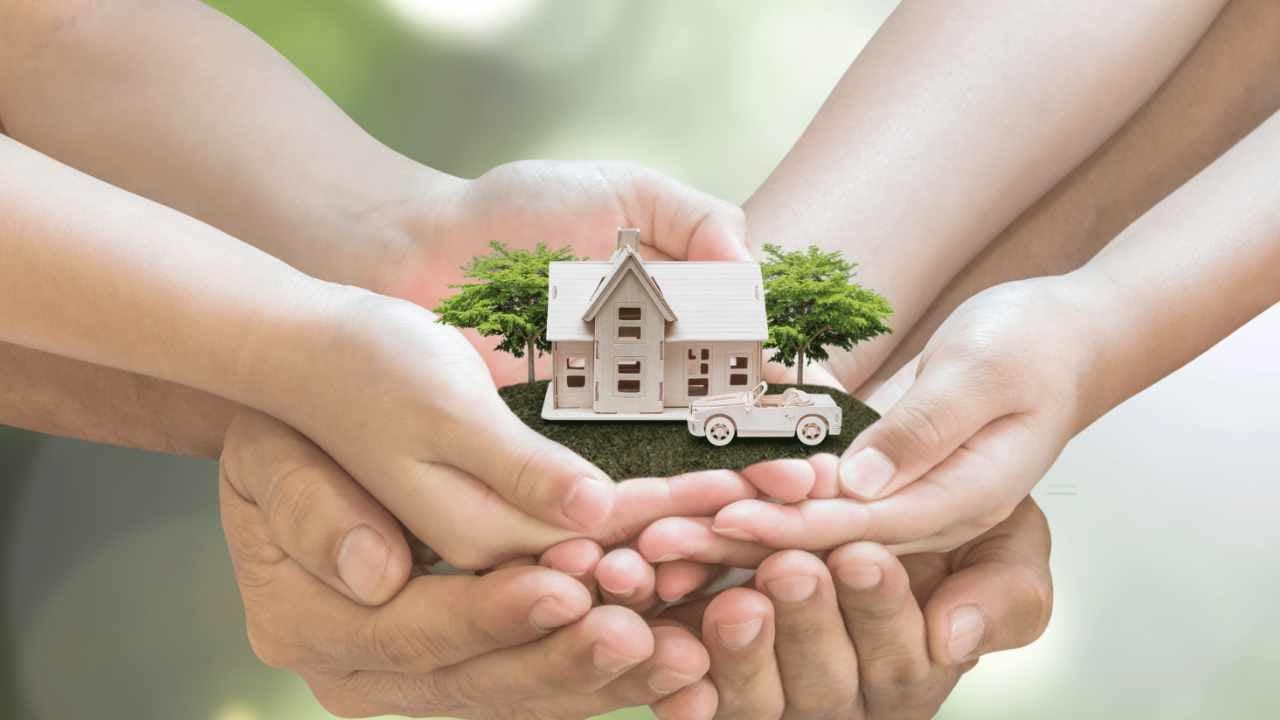 Familia sosteniendo una casa